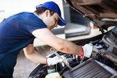Mechanic repairing car — Stock Photo