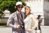 Couple of tourists in city — Stock Photo