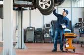 Mechanic at work in his garage — Fotografia Stock