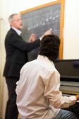 Kara tahta yazma müzik öğretmeni — Stok fotoğraf