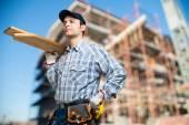 Carpenter holding wood planks — Fotografia Stock
