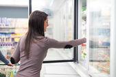 Kvinna med mat från frysen — Stockfoto