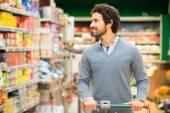 Uomo lo shopping in un supermercato — Foto Stock