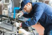 Auto mechanic at work on car — Stock Photo