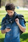 Mann mit seinem Handy — Stockfoto