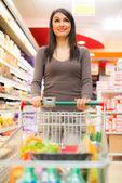 Süpermarkette alışveriş kadın — Stok fotoğraf