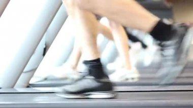 Beine auf Laufbändern laufen — Stockvideo