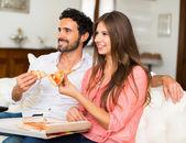 Paar vor dem Fernseher beim Pizza Essen — Stockfoto
