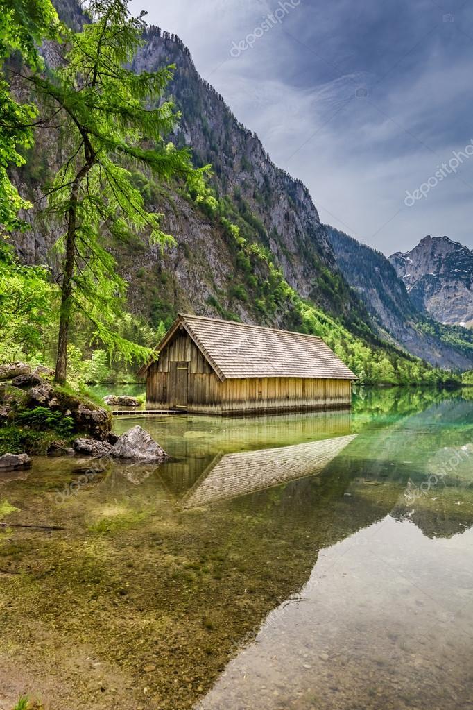 Фотообои Озеро оберзее в весенний и небольшой деревянный коттедж, Альпы, Германия