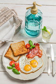 Eggs, toast and bacon for a summer breakfast — Stock Photo