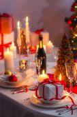 Verrassing te wachten voor de familly op een kerst tafel — Stockfoto