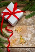 Gingerbread cookies surrounded by spruce and a gift for Christma — Stock Photo