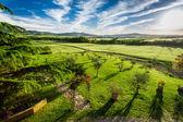 Západ slunce nad zeleným údolím v toskánsku — Stock fotografie
