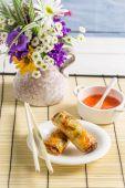 Rouleaux de printemps avec sauce aigre-douce — Photo
