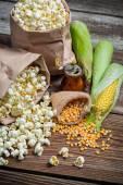 Rustic popcorn and raw corn — Stock Photo