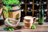 Bière servie dans un gobelet en bois dans la cave — Photo