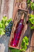 Rose wine in a wooden box — Stock Photo