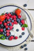 Berry fruits with cream — Stock Photo
