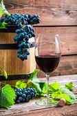 Red grapes and a glass of red wine — Stock Photo