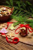 красная лента и пряники на рождество — Стоковое фото