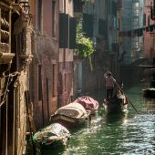 Gondolier Floating in a canal in Venice — Stockfoto