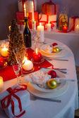 赤と白のテーブルの上のクリスマス食器 — ストック写真