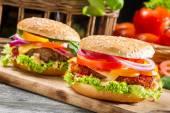 新鮮な野菜から作られた自家製の 2 つのハンバーガーのクローズ アップ — ストック写真