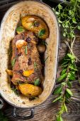 Venison roasted with rosemary, garlic and cranberries — Foto de Stock
