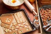Pan de jengibre decorar galletas nueces justo antes de hornear — Foto de Stock