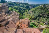 View of the red roofs and green valley in Sorano , Italy — Stock Photo