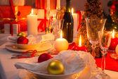 Witte en rode decoraties op de kerst tafel — Stockfoto