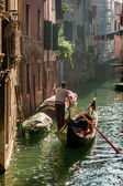 Lone gondolier in Venice Floating — Stock Photo