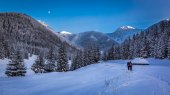 Winter expedition in the mountains at sunset — Foto de Stock