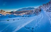 Winter-Pfad in den Bergen bei Sonnenaufgang — Stockfoto