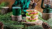 Homemade beef sandwich and coffee for breakfast woodcutter — Stock Photo