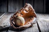Béisbol en un guante de cuero — Foto de Stock