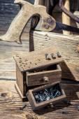 Çivi ve marangoz tezgah araç kutusunda — Stok fotoğraf