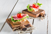 Tasty salami with tomato and lettuce — Stockfoto