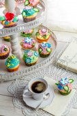 Sweet cupcakes with cream and sweet decoration — Stock Photo