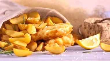 Hot fish and chips with lemon — Stock Video