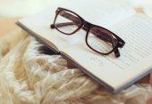 Hnědé brýle a knihy — Stock fotografie