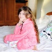 Kid girl on bed in the bedroom — Photo