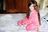 Linda menina no roupão de banho perto de janela — Fotografia Stock