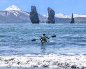 Kayakers on sand coast of Pacific ocean — Stock Photo
