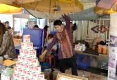 Tea maker at Jatujak Market, Bangkok, Thailand — Stock Photo