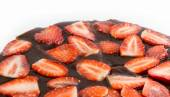 Topo de bolo de morango isolado no branco — Fotografia Stock