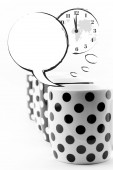 Coffee mugs with speech bubbles and world clock isolated — Stock Photo