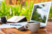 Laptop, tablet pc, smartphone och kaffe kopp med finansiella docume — Stockfoto