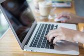 Primo piano di una mano di donna d'affari, digitando sulla tastiera del computer portatile con mo — Foto Stock