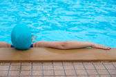 Woman relaxing on the swimming pool — Stock Photo